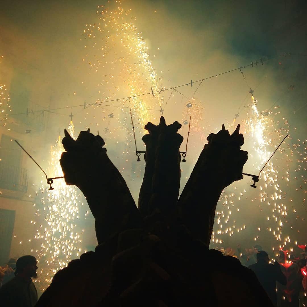 """""""En la meua boca un correfoc en la teua orella una verbena si la cançó mata la pena som emisaris de la mort..."""" #fotodrac2019 #fotodrac #drac #dracdegranollers #granollers #lageltrú #tombdefoc #cultura #culturapopular #festes #tradicions #festamajor #foc #festa @dracdegranollers"""